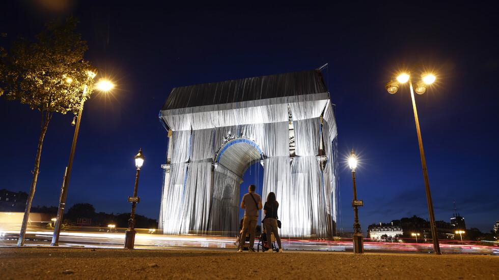 Опаковането на Триумфалната арка по проект на Кристо