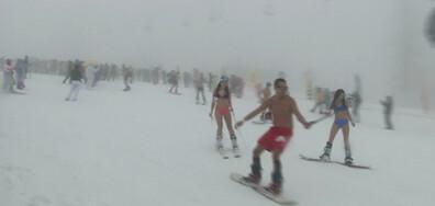 Руски скиори се спуснаха по бански и състезание с мотоциклети на ски писта