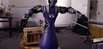 Надуваем робот от плат и състезание по дърпане на самолети