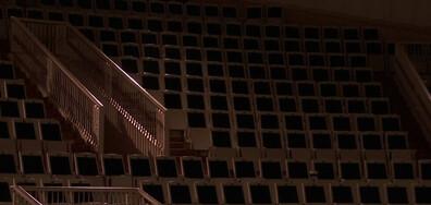 Руски пианист свири на празна зала и Светлинен танц в небето над Лапландия