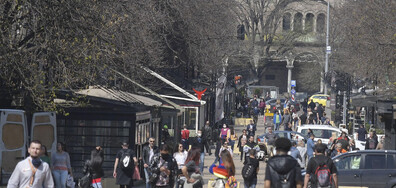 Парковете в София празни, хората - масово по улиците