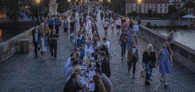 """Прага казва """"Довиждане"""" на пандемията от коронавирус с 500-метрова трапеза с бяла покривка"""
