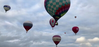 Концерт на колела в Торонто и Балони с горещ въздух оцветиха небето в Русия