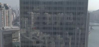 Параплегик се изкачи по небостъргач в Хонконг в инвалидна количка