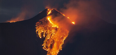 Вулканът Етна бълва лава