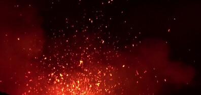 Вулканът Етна освети нощното небе с фонтани от лава