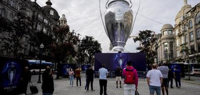 Гигантска купа за ШЛ привлича вниманието в Порто