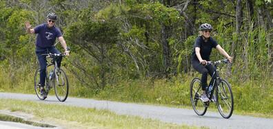 Американският президент и съпругата му карат колела