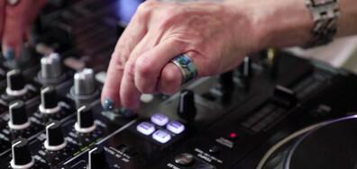 DJ на 64 години забавлява посетителите в плажен клуб