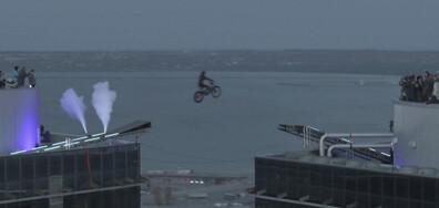 Скок с мотор между две кули