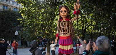 Гигантската кукла ''Амал'', символизираща сирийско момиченце