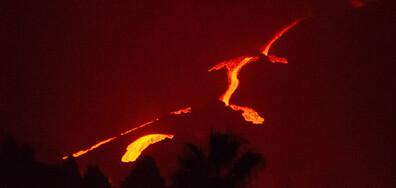 Изригващият вулкан Кумбре Виеха на остров Ла Палма
