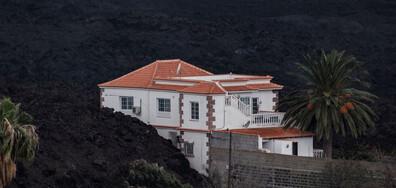 Една от малкото неразрушени къщи след вулканичното изригване на остров Ла Палма