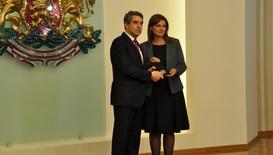 Президентът награди Ани Салич за принос в защита на българските деца