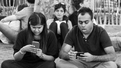 СМЪРТТА НА ОБЩУВАНЕТО: Снимки на хора, обсебени от своите телефони